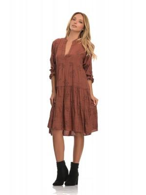 Ριχτό boho φόρεμα από μαλακό viscose με διακριτική στάμπα γράμματα